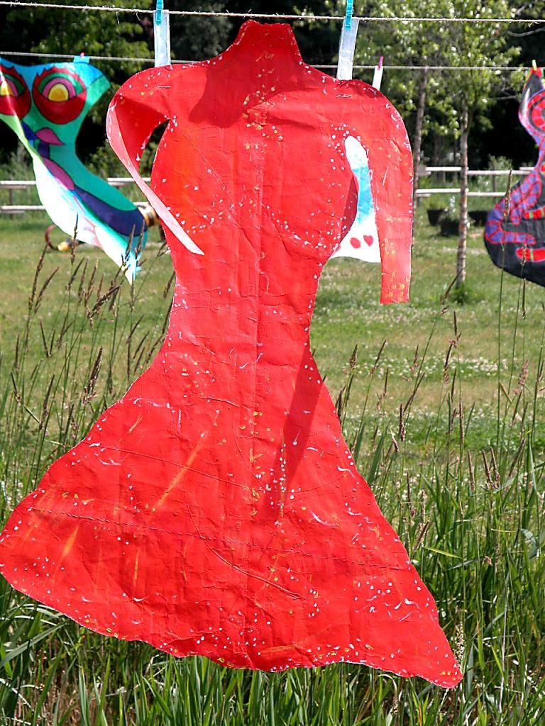 Robe rouge d'écuyère en papier séchant au vent d'été
