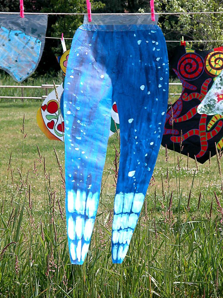 Pantalon bleu de cirque en papier sur une corde