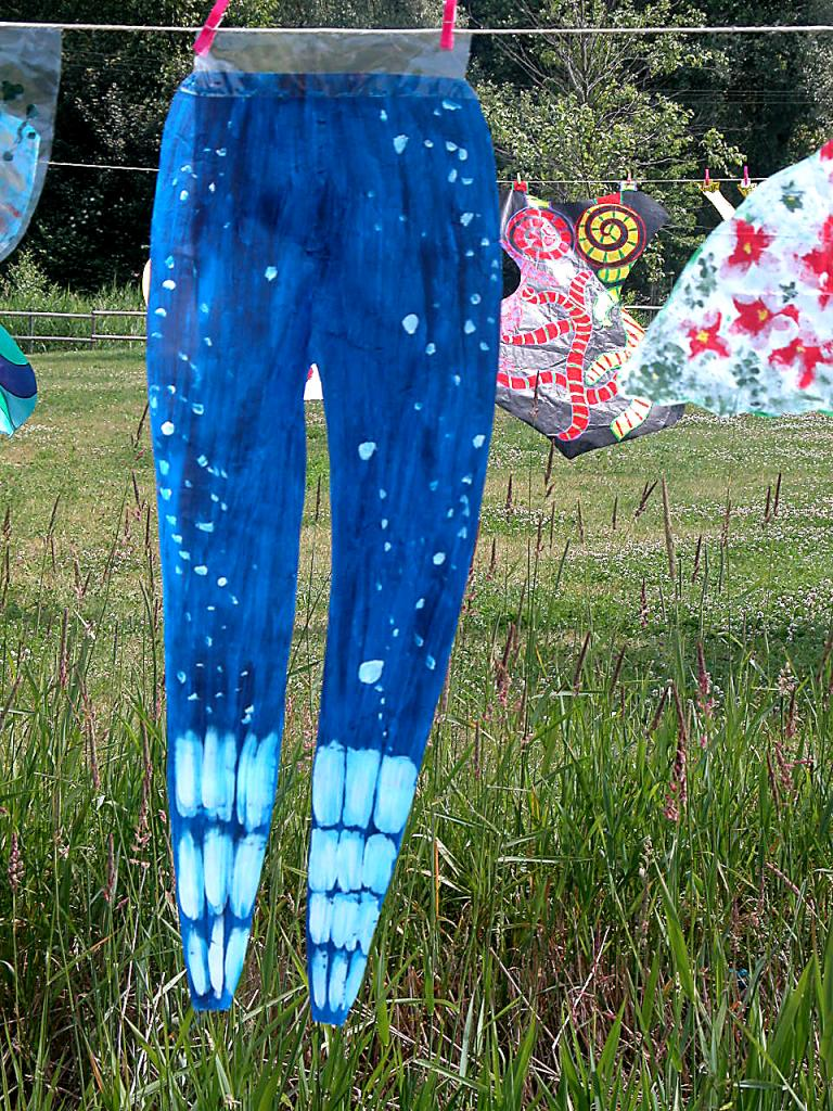 Pantalon bleu-nuit  étoilé en papier séchant sur une corde