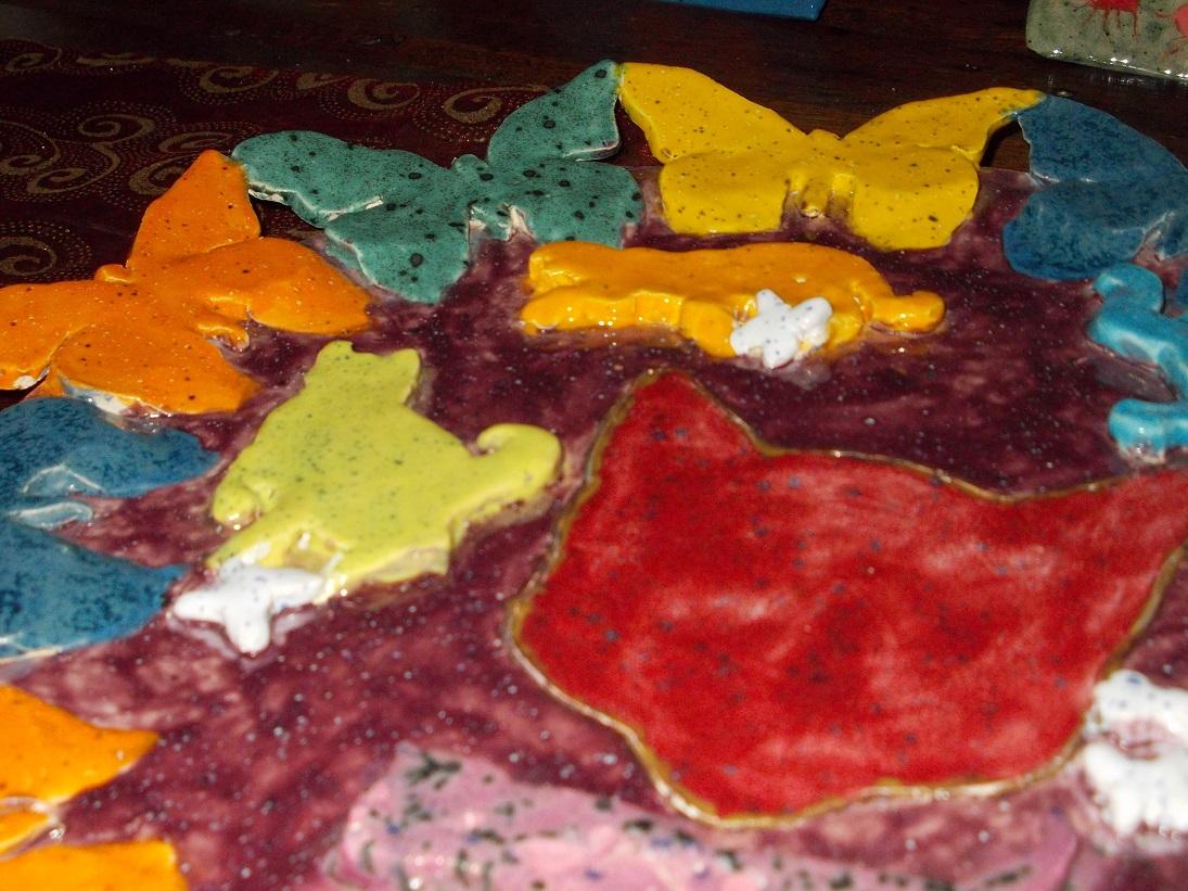 Assiette Papillons et Chats ( fond mûre, détails 1 )