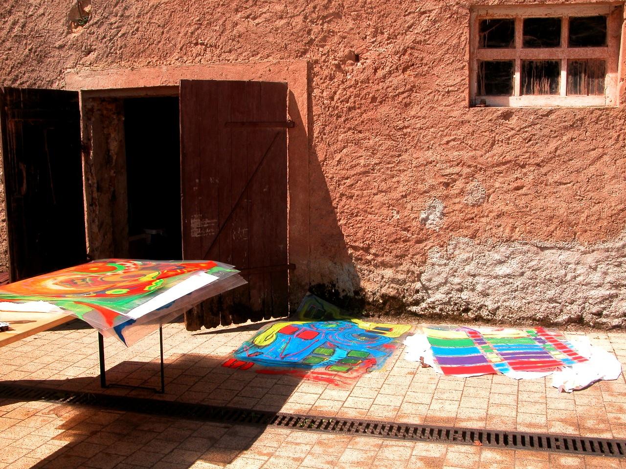 Grandes feuilles de plastique peintes regroupées ( préparatifs )