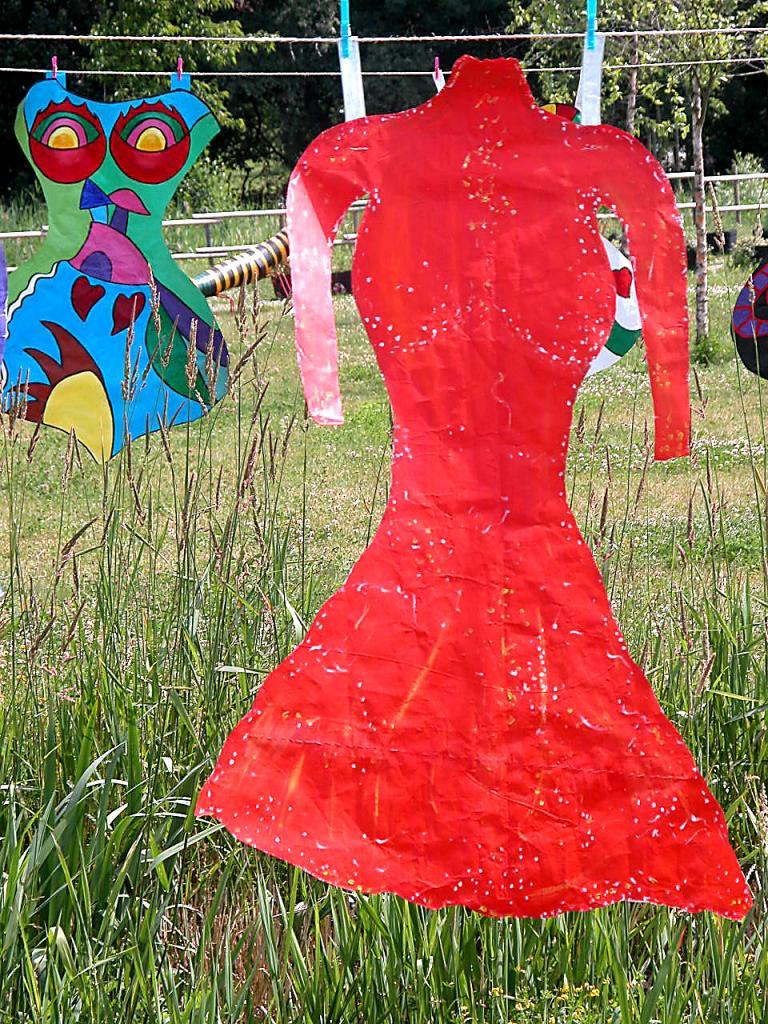 Robe rouge d'écuyère en papier séchant sur une corde