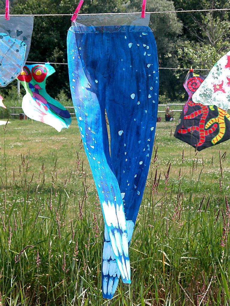 Pantalon bleu de cirque en papier au vent d'été