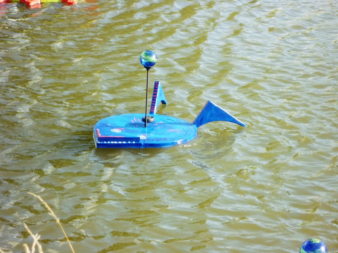 Petite grenouille bleue nageant sur l'eau