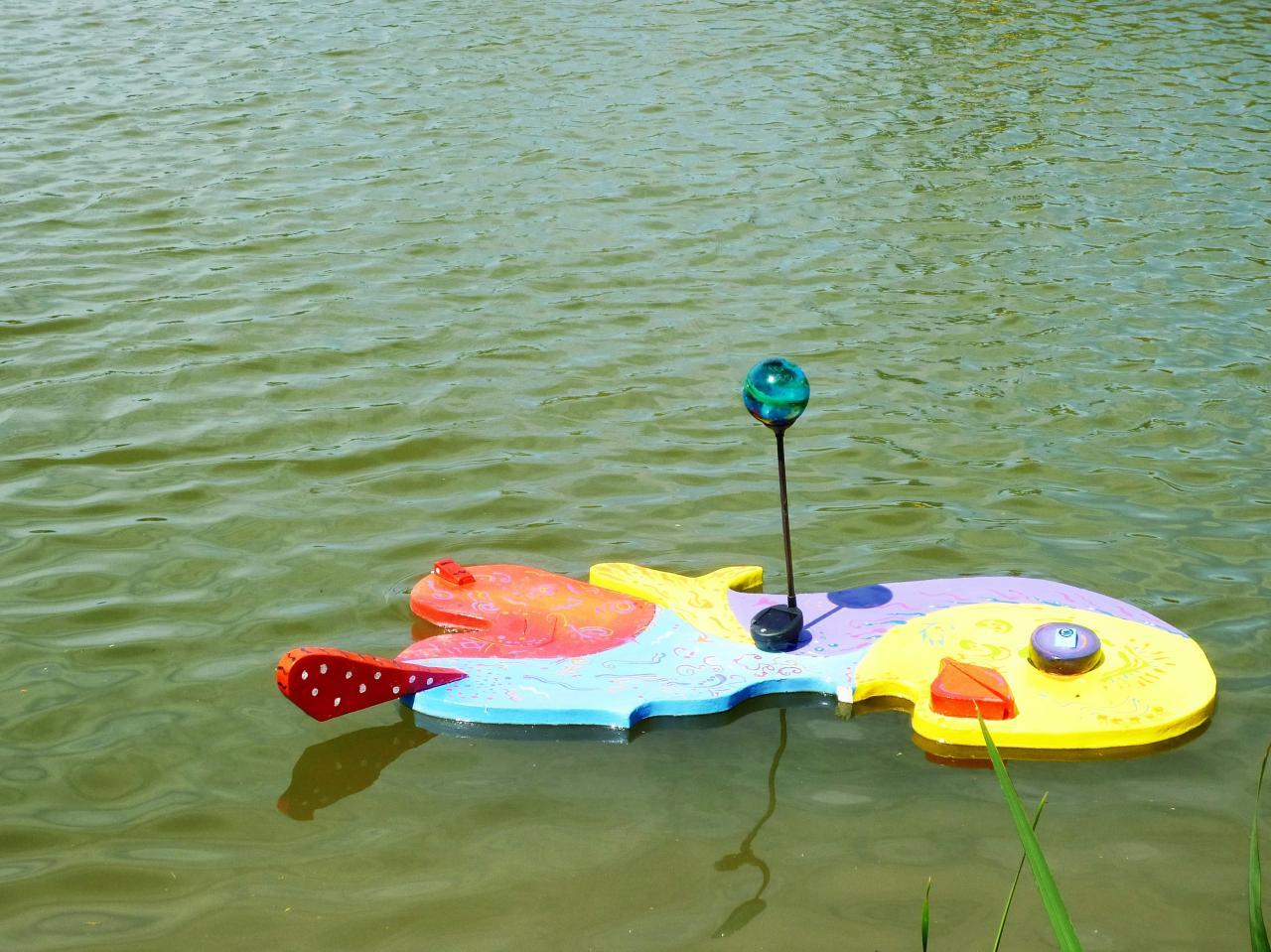 Petit poussin d'or nageant sur l'étang