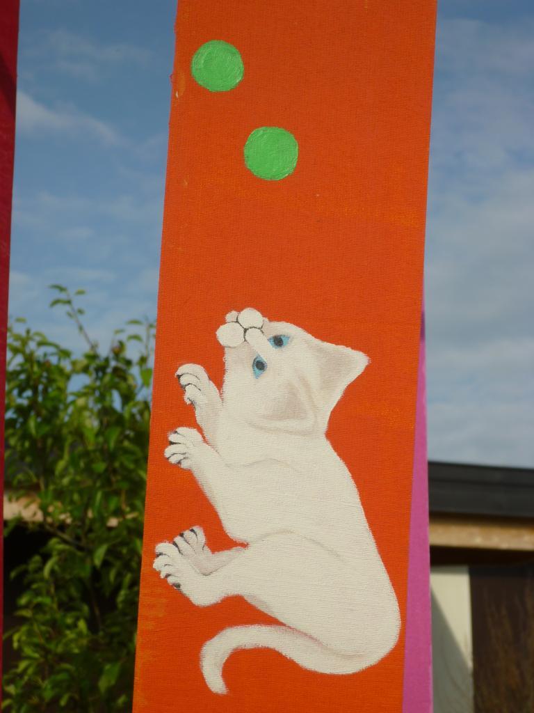 Petit chat jouant avec des balles ( tissu pour store )