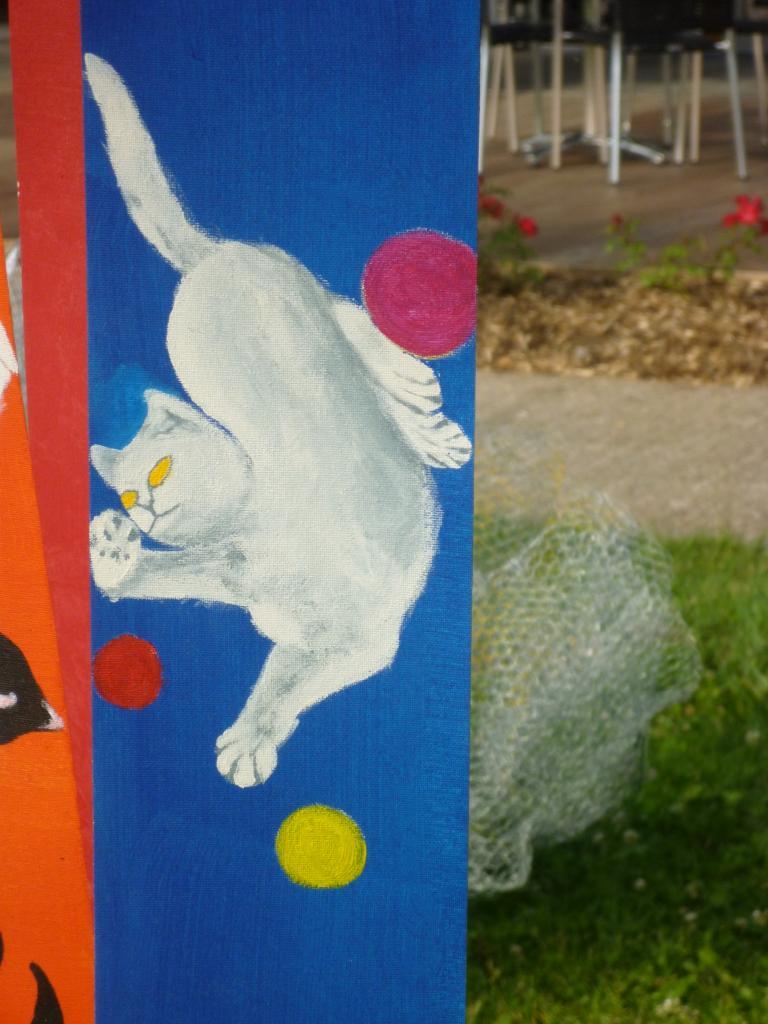 Petit chat jongleur sur fond bleu marine ( tissu pour store )