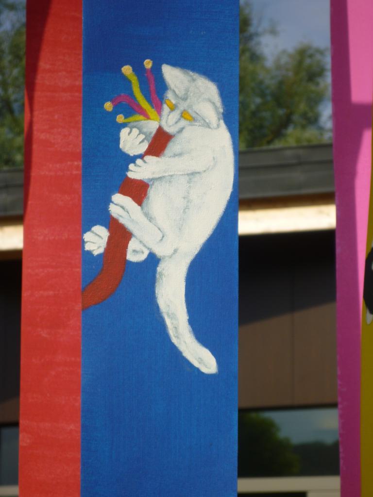 Petit chat jouant avec un boa rouge à clochettes (tissu pour store)
