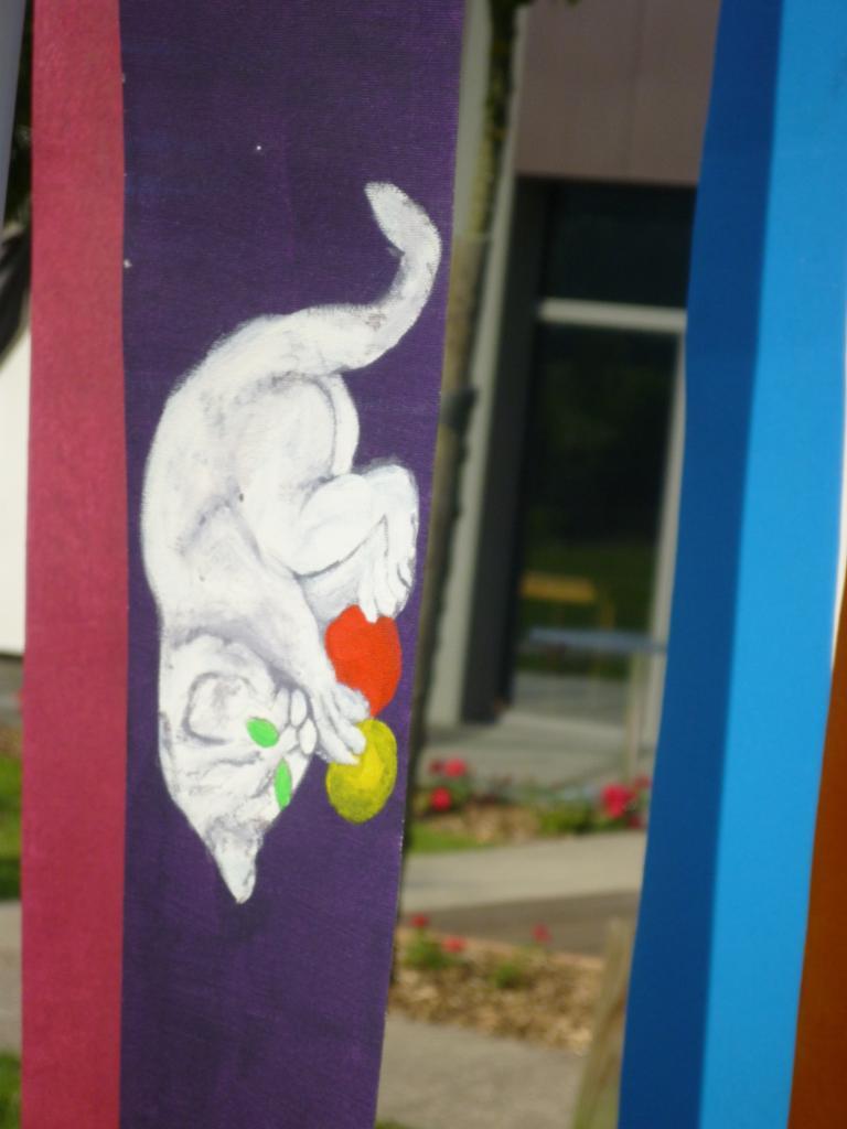 Chaton joueur aux 2 balles sur fond violet ( tissu pour store )
