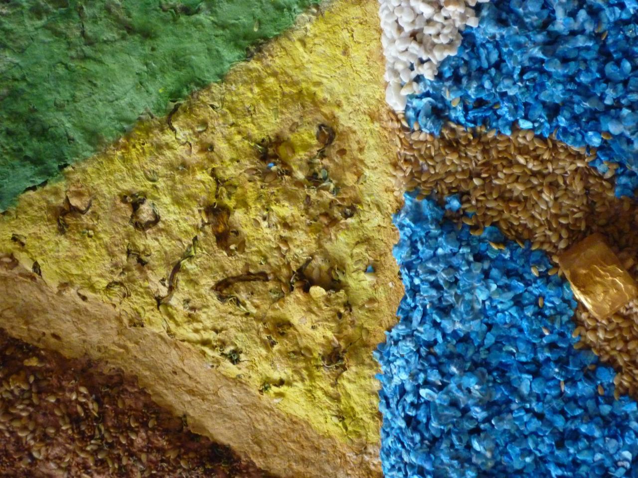 Graines (chanvre,tournesol) et papier teinté,meule sur graines de lin