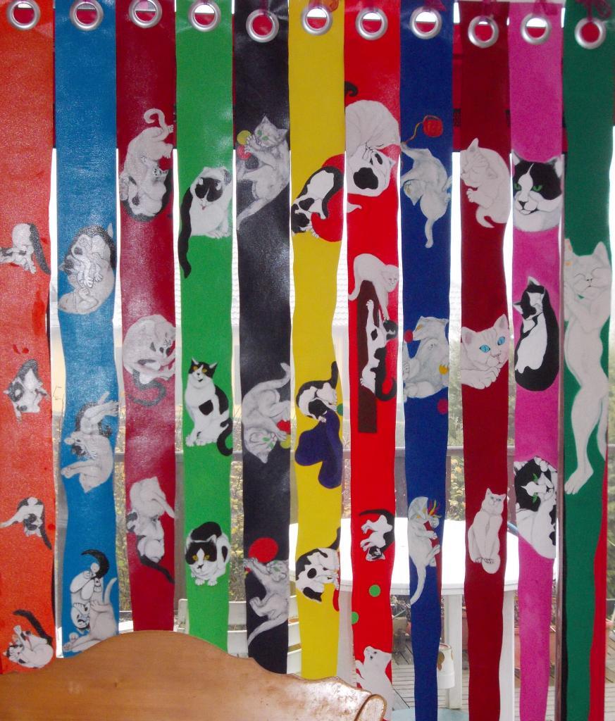 Rideau de chats espiègles ( bandes de tissu pour store détournées )