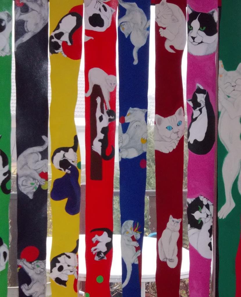Rideau de chats espiègles 2  ( bandes de tissu pour store détournées )
